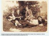 Справа от лежащего Гашека - Хена Лонген, Эмиль Лонген, с гитарой Я. Лейцер. 1914