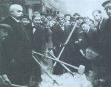 Гашек колет лед на пражской улице (2 вариант фото). 1912.