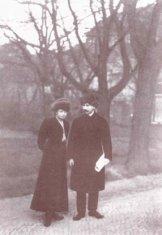 Ярослав Гашек и Ярмила Майерова на прогулке (1906-1909??)