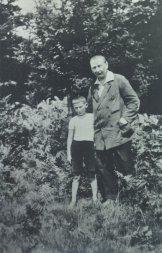 Гашек с 9-летним сыном Рихардом. 1921